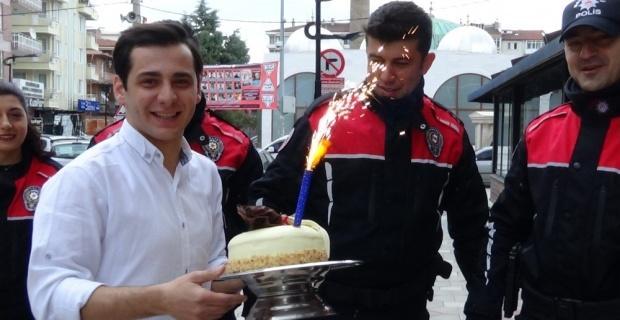 Kavga ihbarında bulundukları polisleri konfeti ve pastayla karşıladılar