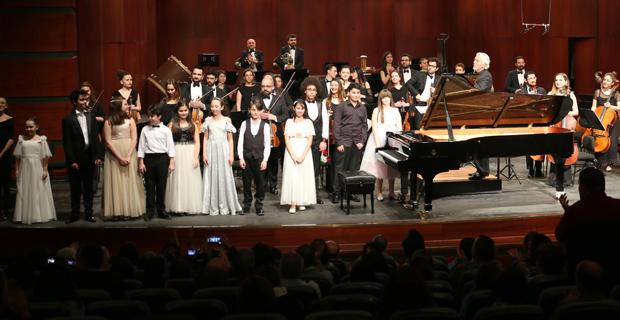 Sahne, genç solistlerin