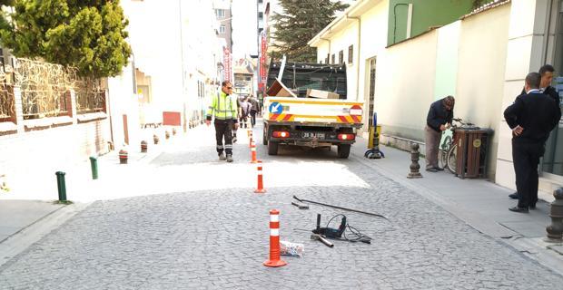 Sokaktaki dubaları araçlar eziyor