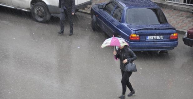 Şuhut'ta şiddetli yağmur ve dolu vatandaşları hazırlıksız yakaladı