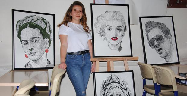 Liseli Kübist ressamdan büyük resimler