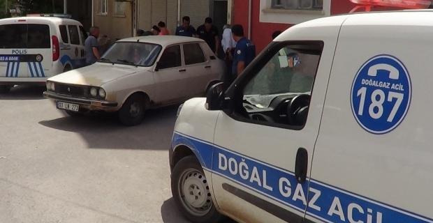 El freni çekilmeyen otomobil doğal gaz kutusuna çarptı