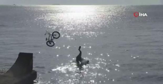 Çılgınlığın böylesi: Bisikletle denize atladılar