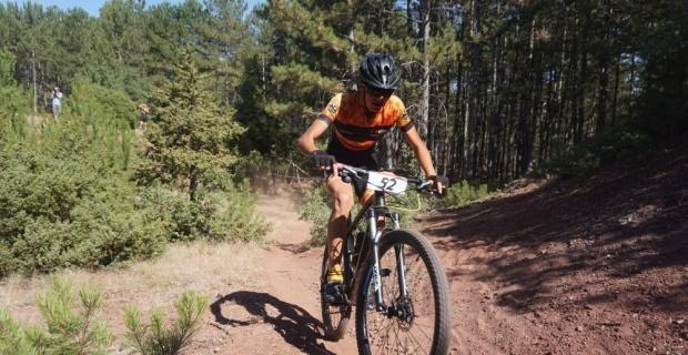 Genç bisikletçiler kıyasıya yarıştı