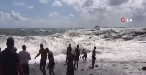 Bir adamı 20 kişi zor kurtardı