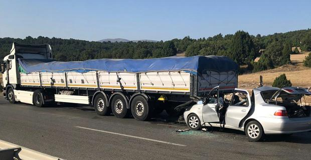 Kütahya'da otomobil tıra çarptı: 2 ölü, 4 yaralı
