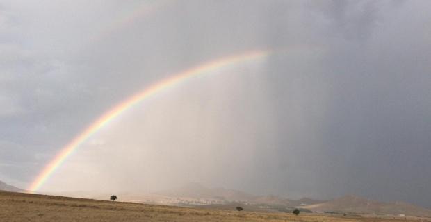 Sivrihisar'da yağmur sonrası oluşan gökkuşağı büyüledi