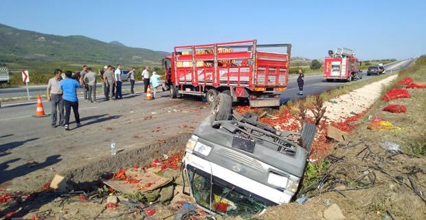 Kamyon ile kamyonet çarpıştı: 3 yaralı