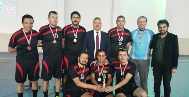 'Öğretmenler Yarışsın, Dostluk Kazansın' Futsal Turnuvası şampiyonu Arif Nihat Asya Ortaokulu oldu