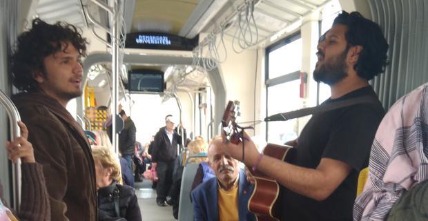 Tramvayda canlı müzik keyfi!