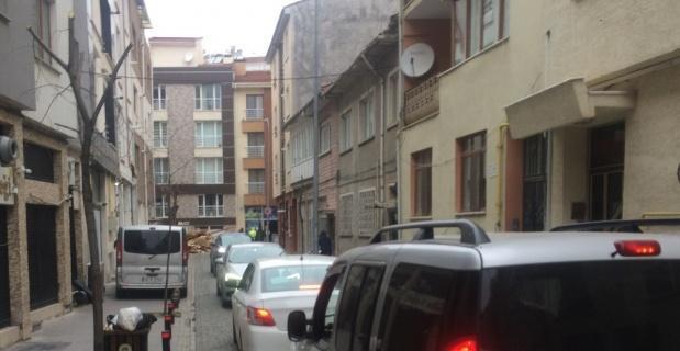 Gelişi güzel atılan kalaslar sokağı trafiğe kapattı