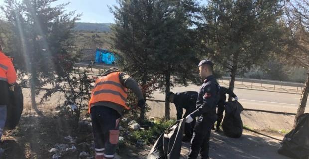Jandarma ve Karayolları ekipleri dinlenme ve park alanları ile üst geçitlerde temizlik çalışması yaptı