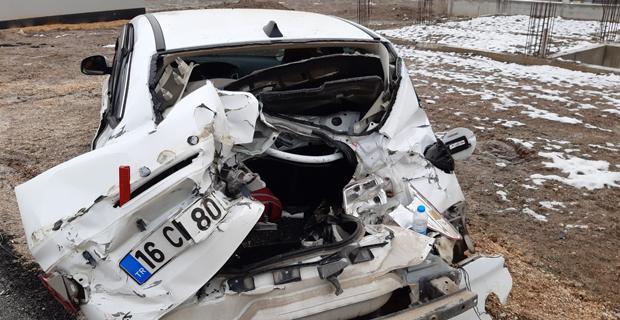 Otomobil ile kamyonet çarpıştı; 2 yaralı