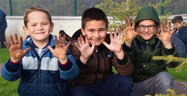 Minik eller çapa kürekle çalışarak okul bahçesini yeşillendirdi