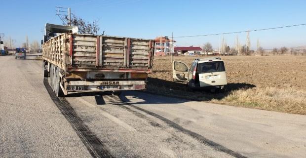 Şuhut'ta otomobil ile kamyon çarpıştı: 1 yaralı