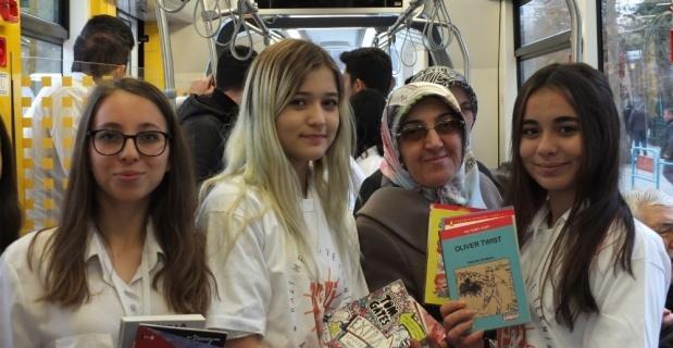 Tramvayda ücretsiz kitap dağıttılar