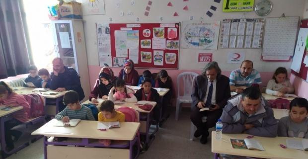 Çocuklarıyla aynı sırada kitap okuyorlar