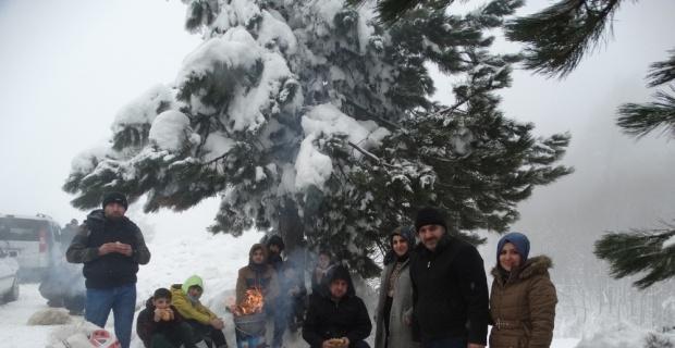 Karda piknik için Domaniç Dağları'na akın ettiler