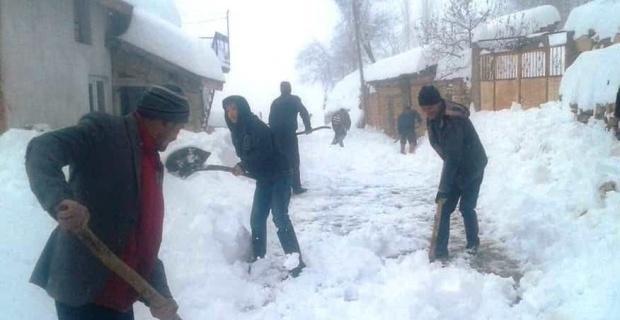 Köylülerin imece usulü karla mücadelesi