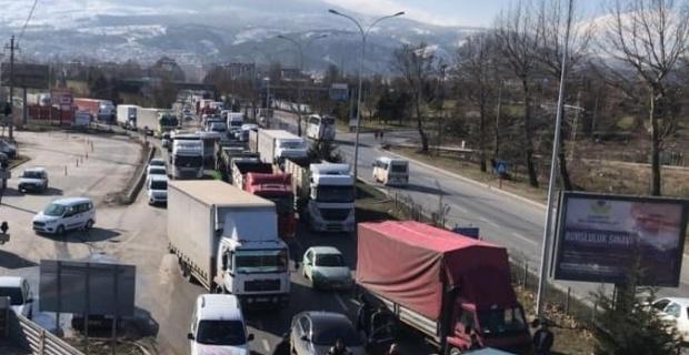 Kütahya'da kamyoncular yol kapattı