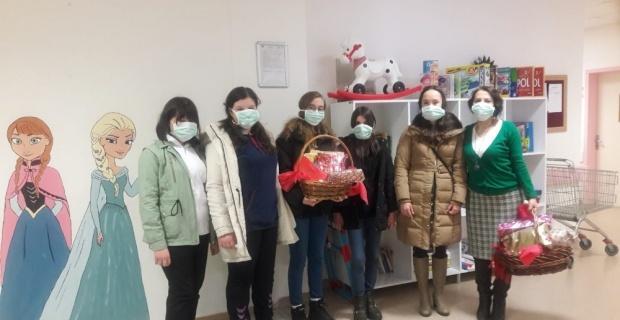Lösemi tedavisi gören çocukları hediyelerle ziyaret ettiler