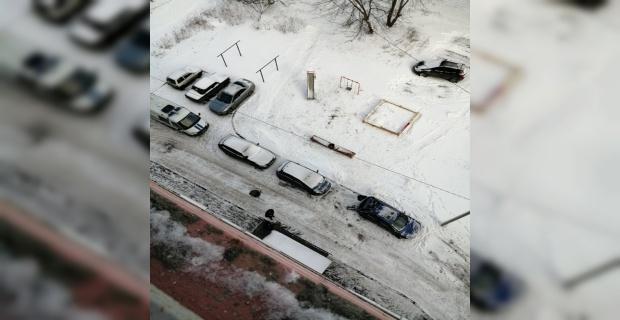 Rusya'da 17. katta buz tutan balkondan kayarak düşen çocuk öldü