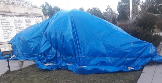 Şiddetli rüzgardan Mustafa Kemal anıtı devrildi
