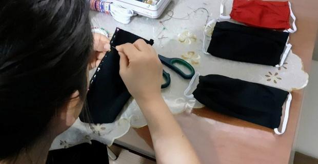 Aileleri için evlerinde maske yaptılar