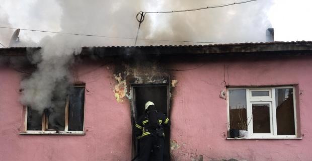 Kütahya'da ev yangını, bir itfaiye eri elektrik akımına kapıldı