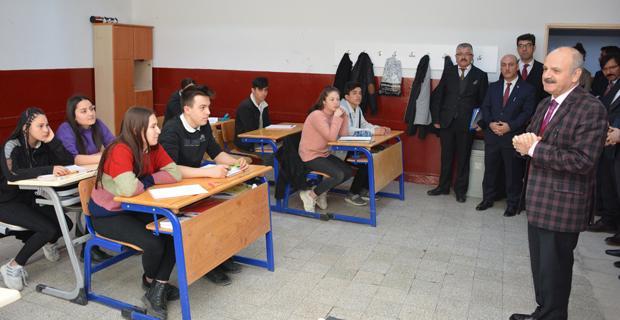 Vali Çakacak Beylikova'da öğrencilere öğütlerde bulundu