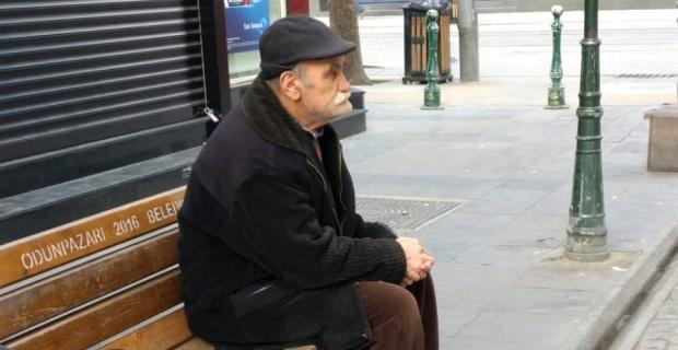 Yasak tanımayan yaşlı vatandaşın 'bank' keyfi
