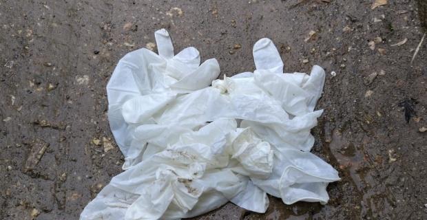 Yerlere atılan maske ve eldivenler tehlike saçıyor
