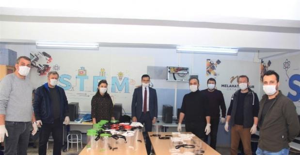 Okullardan sağlıkçılara siperlik maske desteği