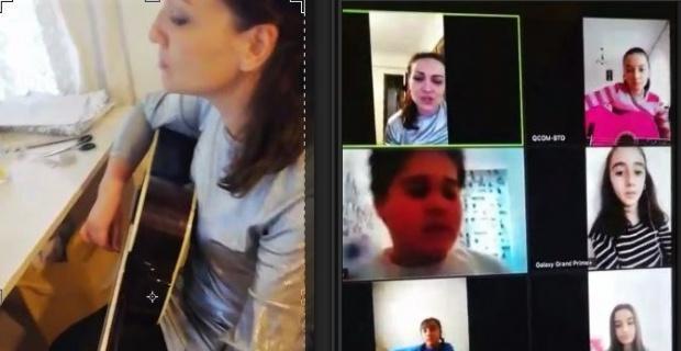 İnternet ortamından gitar çalmayı öğretiyor