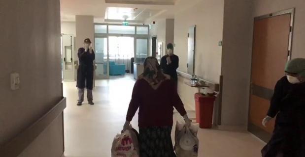 Koronayı yenen yaşlı kadın sağlık çalışanlarının alkışlarıyla uğurlandı