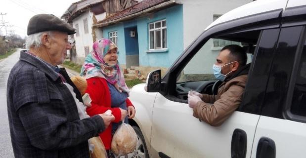Köy köy dolaşıp yaşlıların ekmeğini kapısına kadar götürüyor