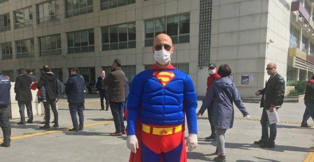 'Süperman' maske ve eldivenlerini takıp İstanbul sokaklarına indi