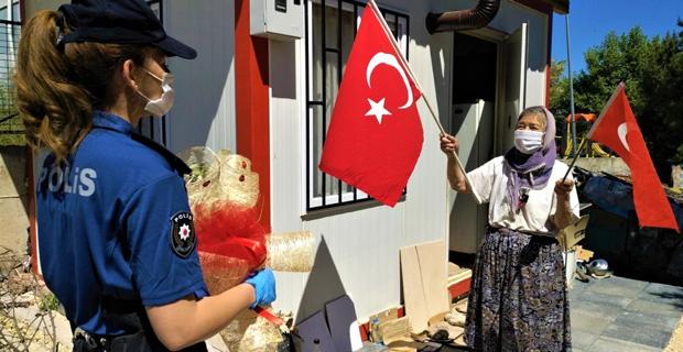 80'lik Zeynep nine Türk bayrağı ile karşıladı, 82'lik Mustafa dede gözyaşlarına boğuldu