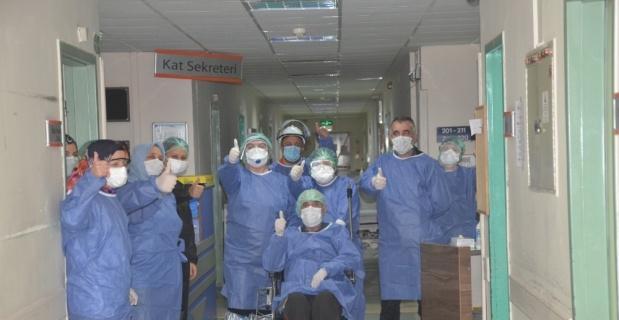 Korona virüsünü 46 günde yenen 69 yaşındaki yaşlı adam alkışlarla evine uğurlandı