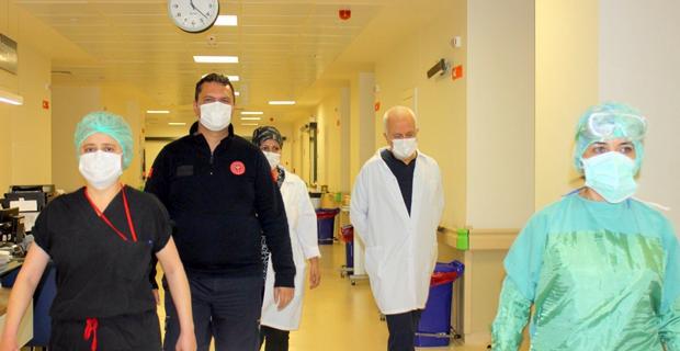 Sağlık müdürü Koronavirüs hastalarıyla