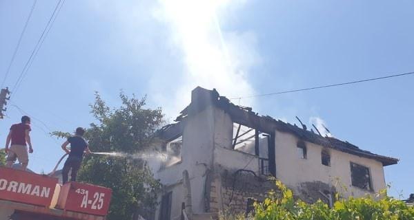 Emet'te 2 katlı ev yandı