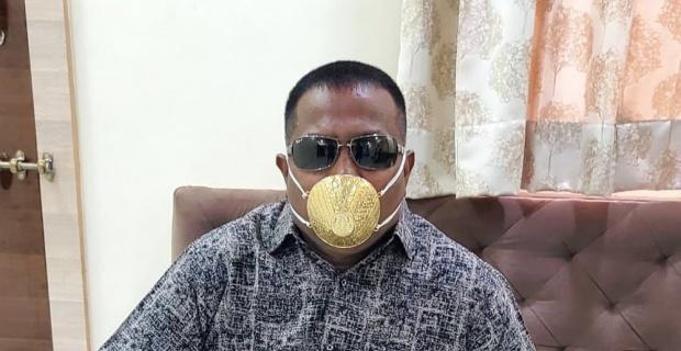 Korona virüse karşı altın maske takıyor