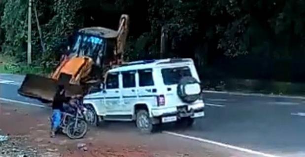 Motosikletli genç ölümden döndü