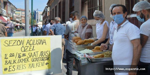 Çarşıda 5 bin kişiye bedava balık ekmek