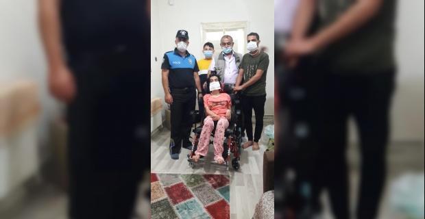 Fiziksel engellilere tekerlekli sandalye yardımı