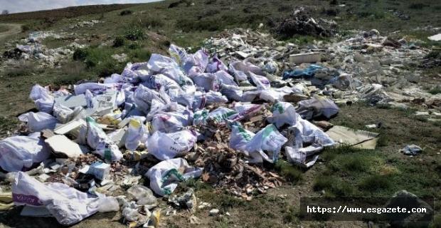 Kaçak döküm yapanlar tarlaları çöplüğe çevirdi