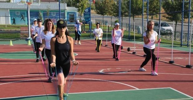 Kadınlardan sosyal mesafeli sabah sporu