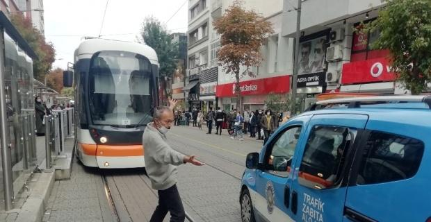 Eşyalarını sokağa fırlatan vatandaş bu sefer de tramvay yolunu kesti