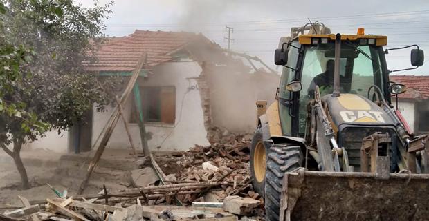 Metruk ve riskli bina yıkımı sürüyor