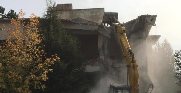 Çatlaklar olan PTT binasını yıktılar